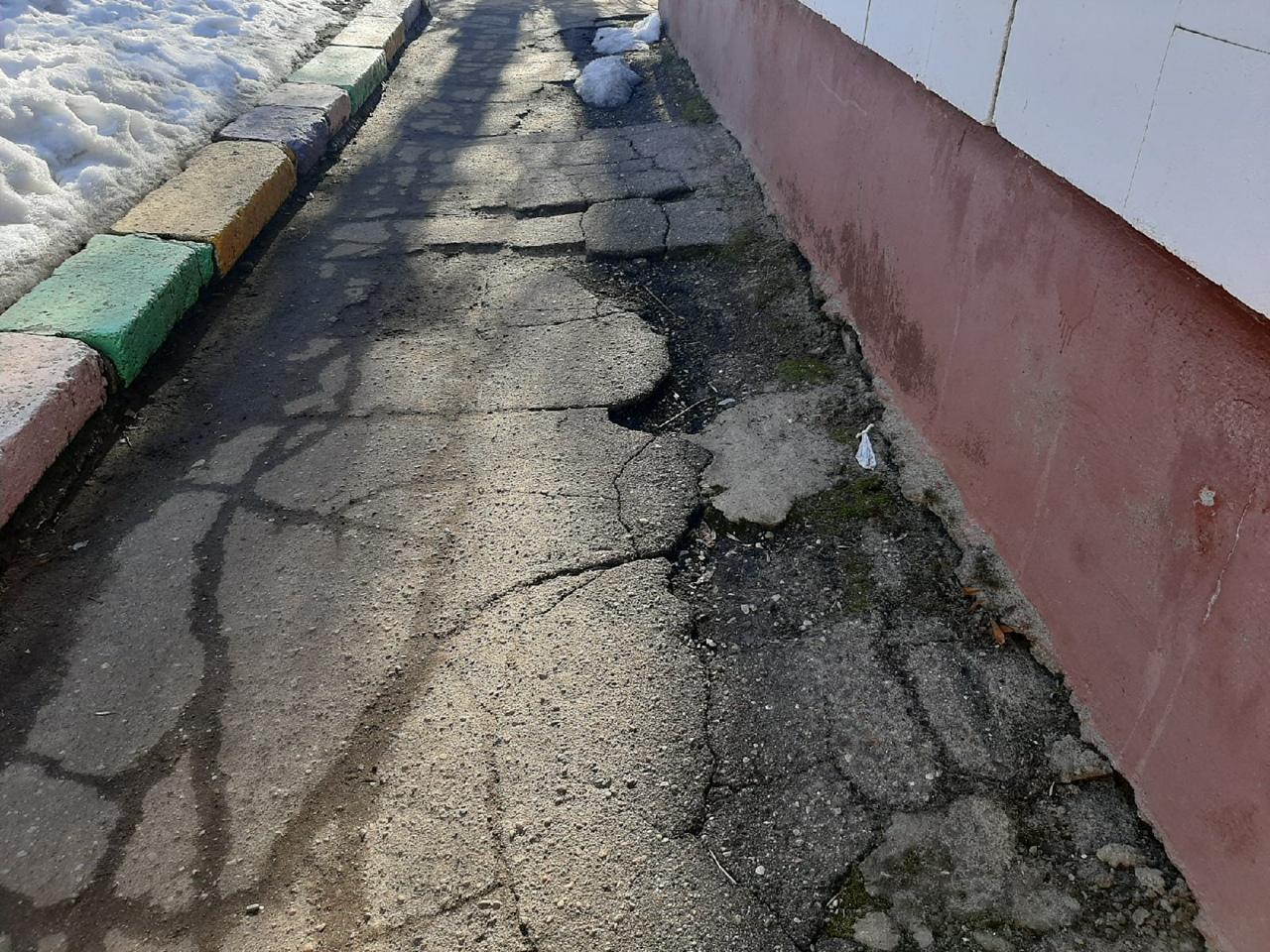 Ямы больше детей: разбитая дорога мешает малышам ходить в детский сад