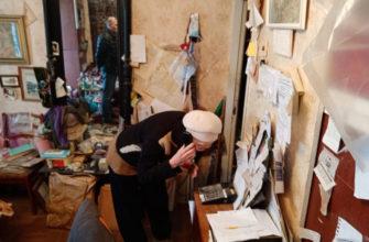 Сон под полиэтиленом: дырявая крыша замучила смоленскую художницу