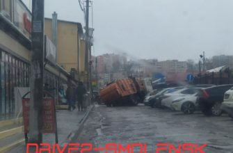 Не доехал до свалки: в Смоленске мусоровоз провалился под асфальт