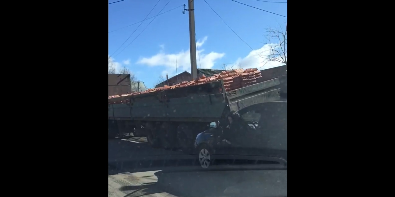 В Смоленске 2 автомобиля столкнулись с большегрузом