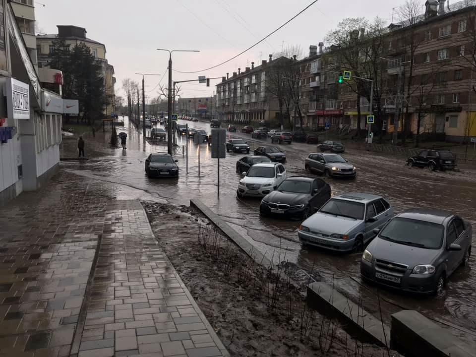 Улицу Николаева в Смоленске затопило после дождя