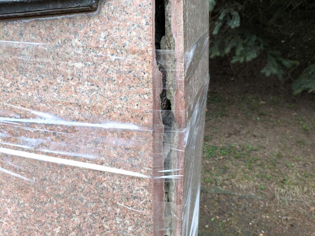 Дохтурова замотали: смолянам показали «правильный» способ ремонта памятников