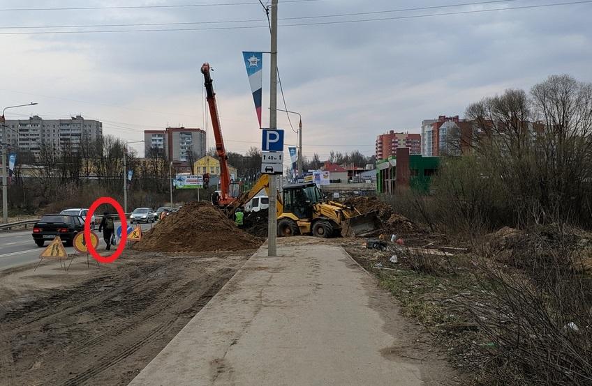 В Смоленске перекопали проспект Гагарина. Пешеходы передвигаются по проезжей части