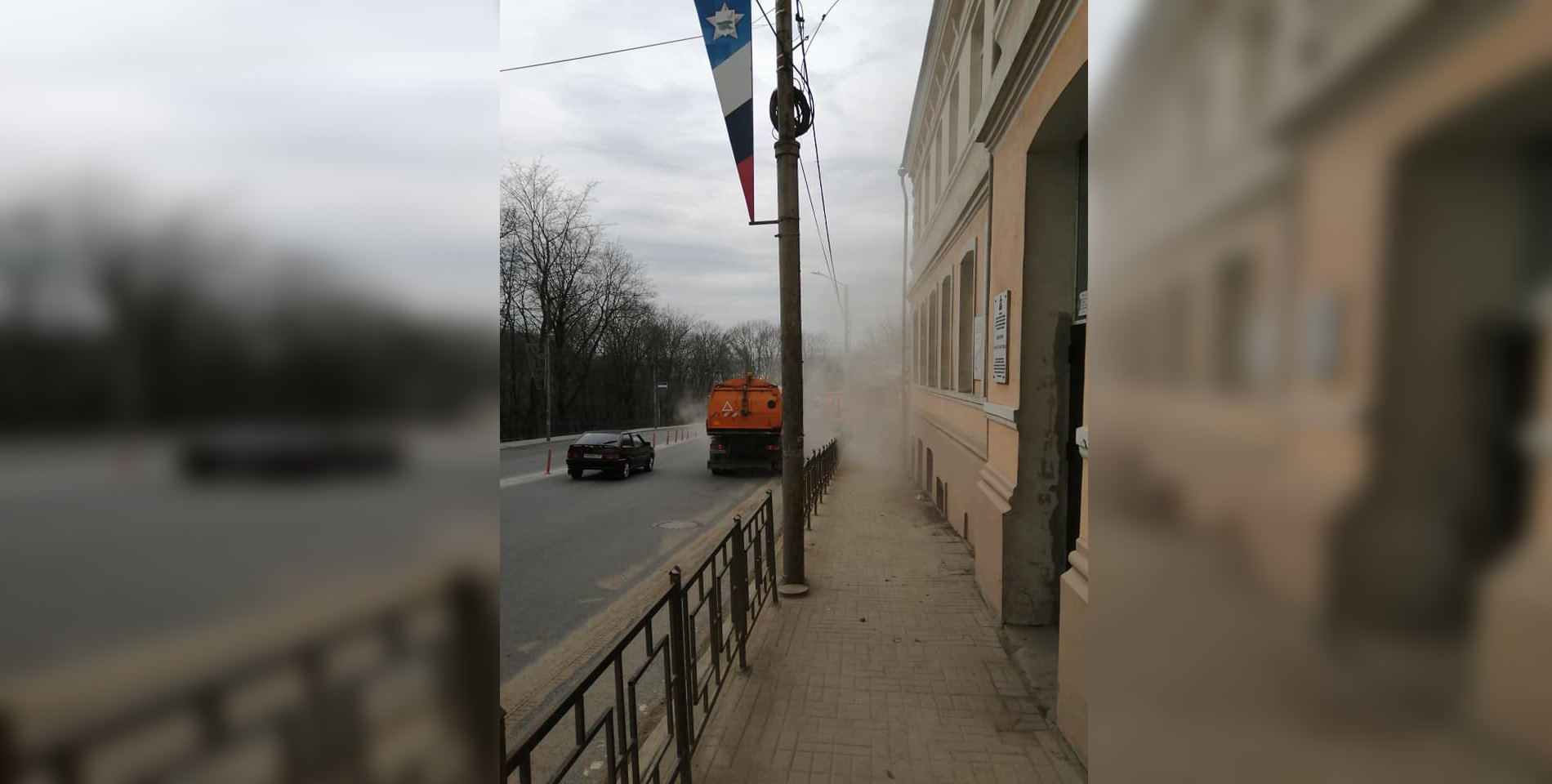 В Смоленске заботливые коммунальщики переложили пыль с дороги на тротуар