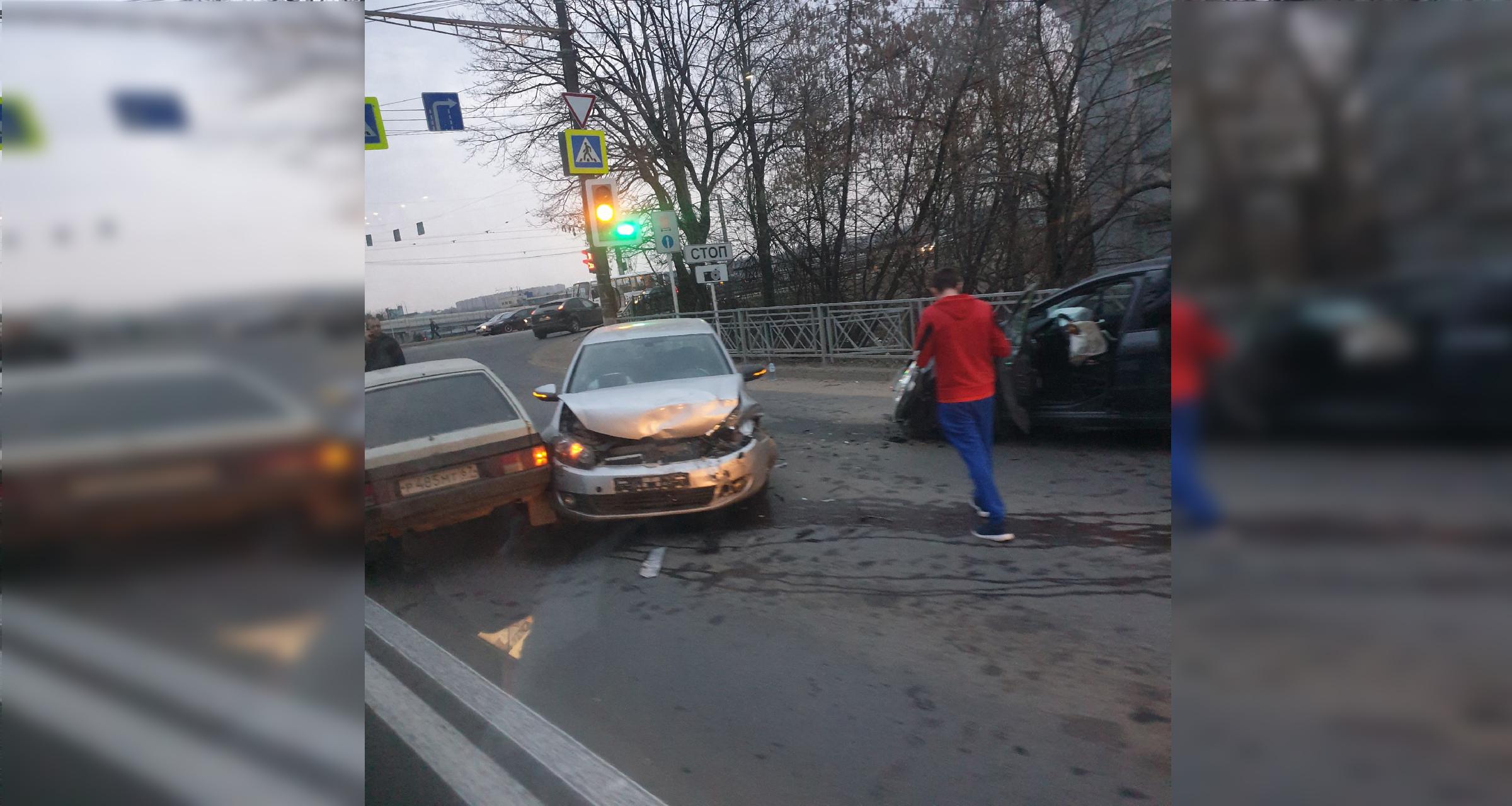 Столкновение 3-х автомобилей на Витебском шоссе в Смоленске затруднило проезд транспорта