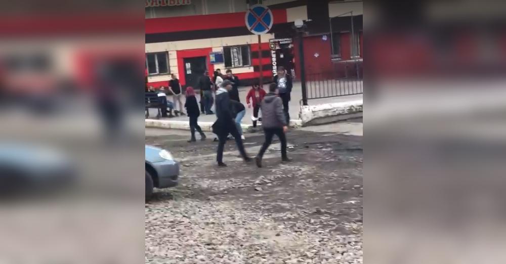 Кулаки зачесались: молодежь устроила драку возле ночного клуба в Смоленске