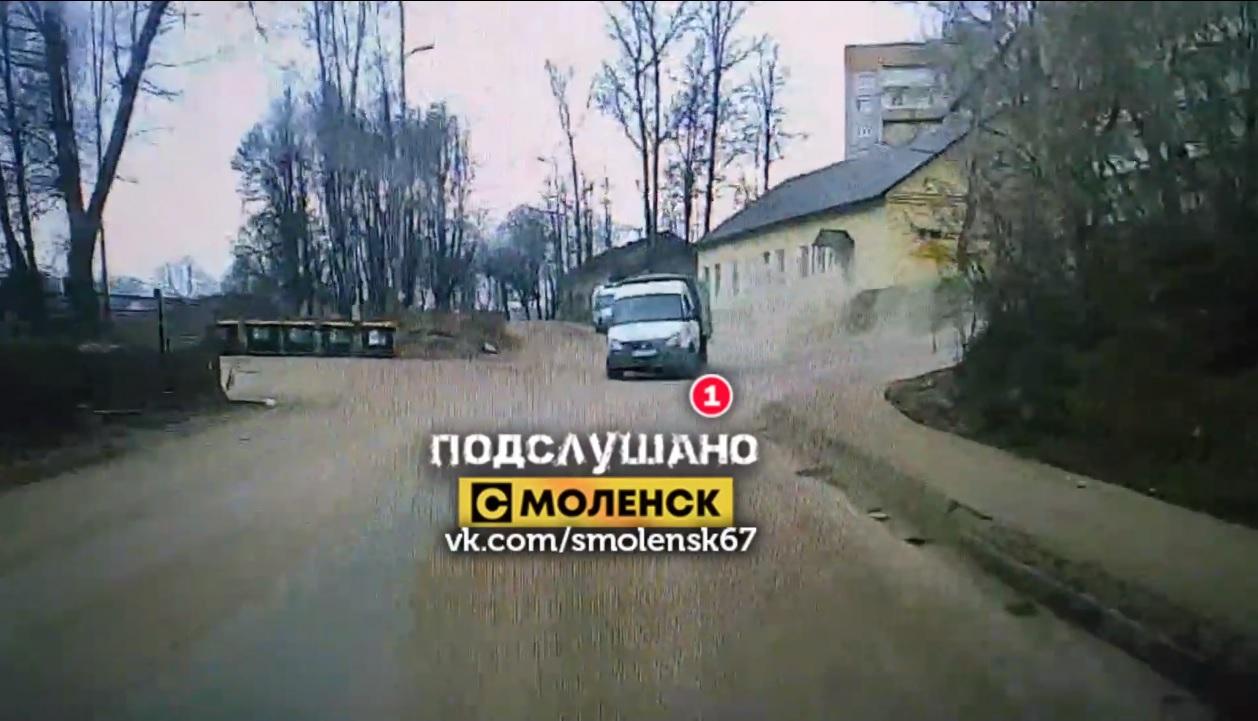 """Смоленский """"газелист"""" закладывал виражи в Киевском переулке"""