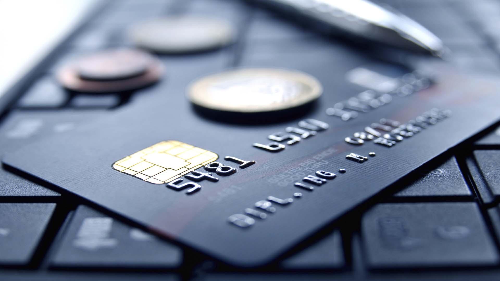 Сотрудница банка в Смоленске перевела мошеннику 15 тысяч рублей