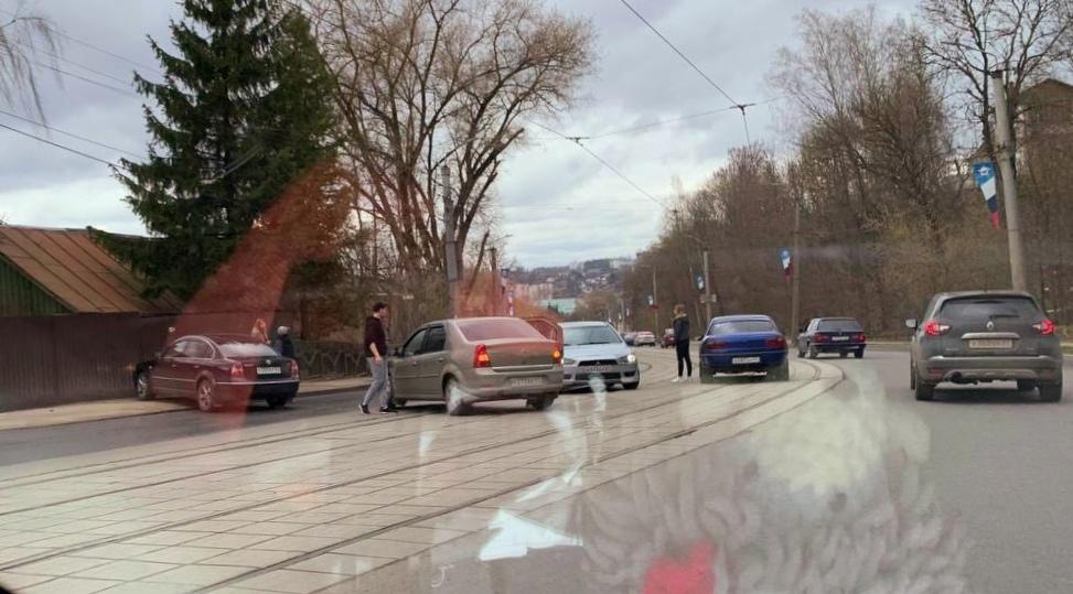 В Смоленске авария на улице Дзержинского перегородила дорогу