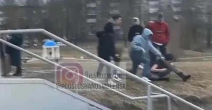 Подростки избили сверстника около торгового центра в Смоленске