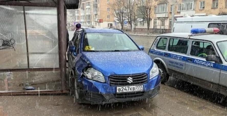Иномарка инвалида протаранила остановку в Смоленске