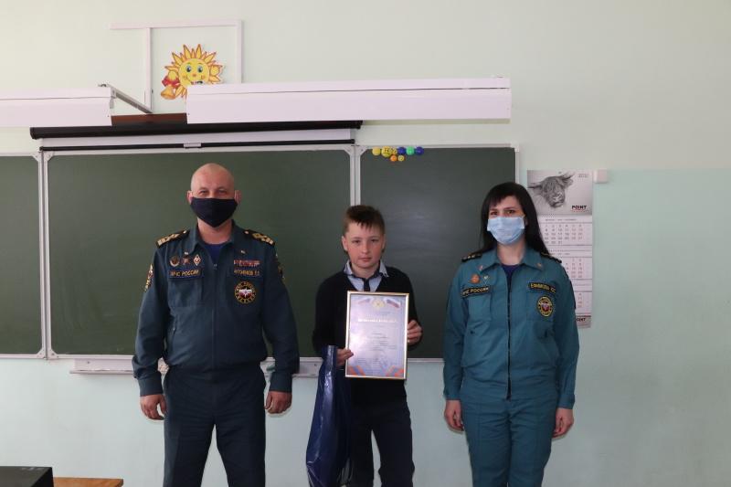 В Смоленске наградили школьника за спасение 5-летнего малыша из-подо льда