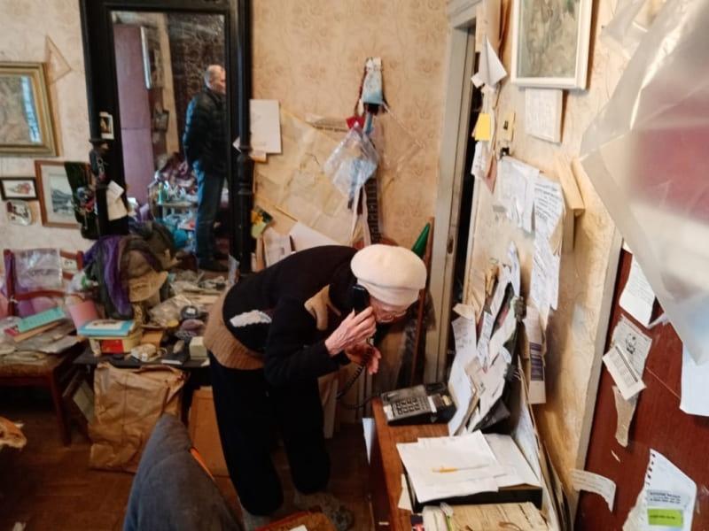 Дырявую кровлю в доме смоленской художницы пообещали отремонтировать