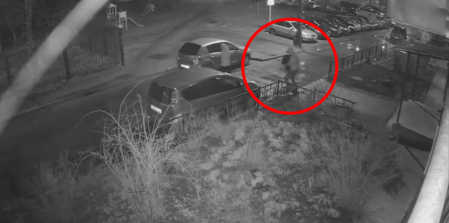 Неизвестные в Смоленске унесли урну возле жилого дома