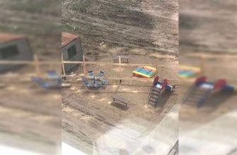 В Смоленске детскую площадку «разрубили» строительным забором