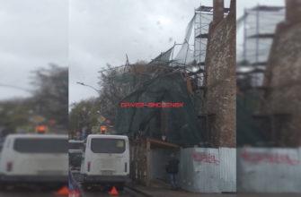 В Смоленске на маршрутку рухнули строительные леса