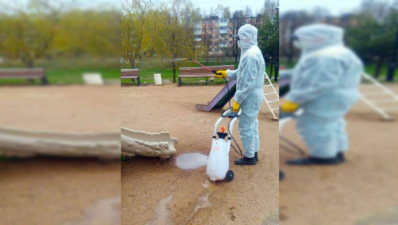 Люди в «скафандрах» провели дезинфекцию парков Смоленска