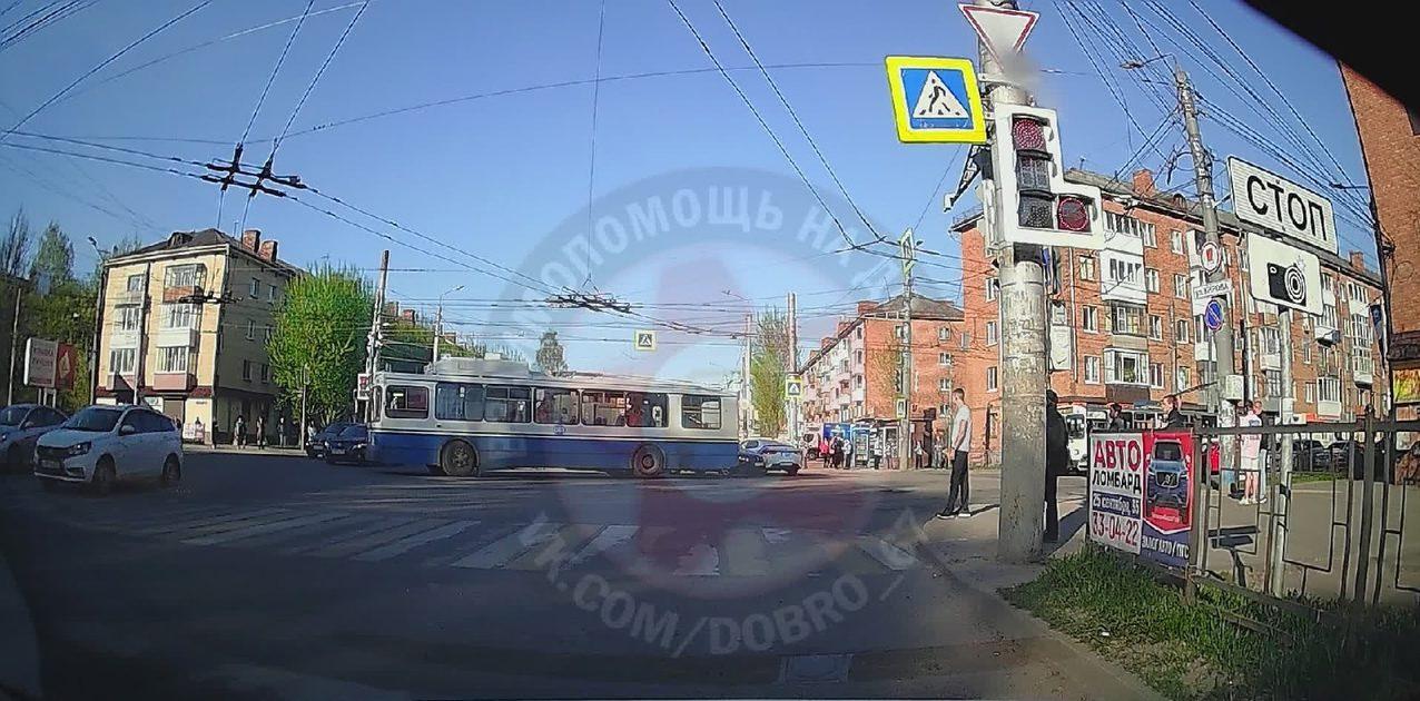 Авария с троллейбусом перегородила перекресток «трех дорог» в Смоленске