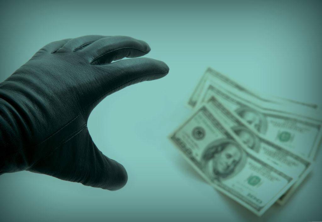 Няня украла валюту из квартиры смолянина