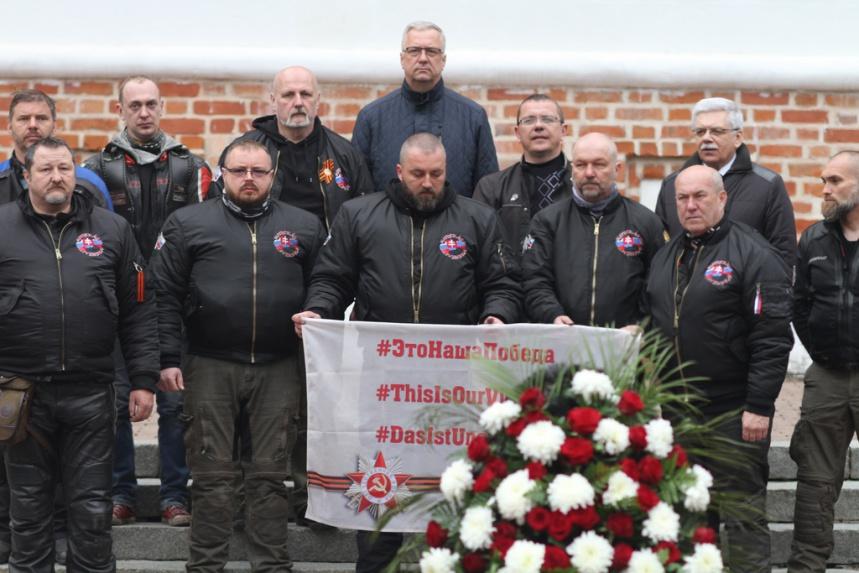 Словацкие байкеры возложили цветы к Вечному огню в Смоленске