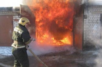 В центре Смоленска ночью вспыхнул гараж