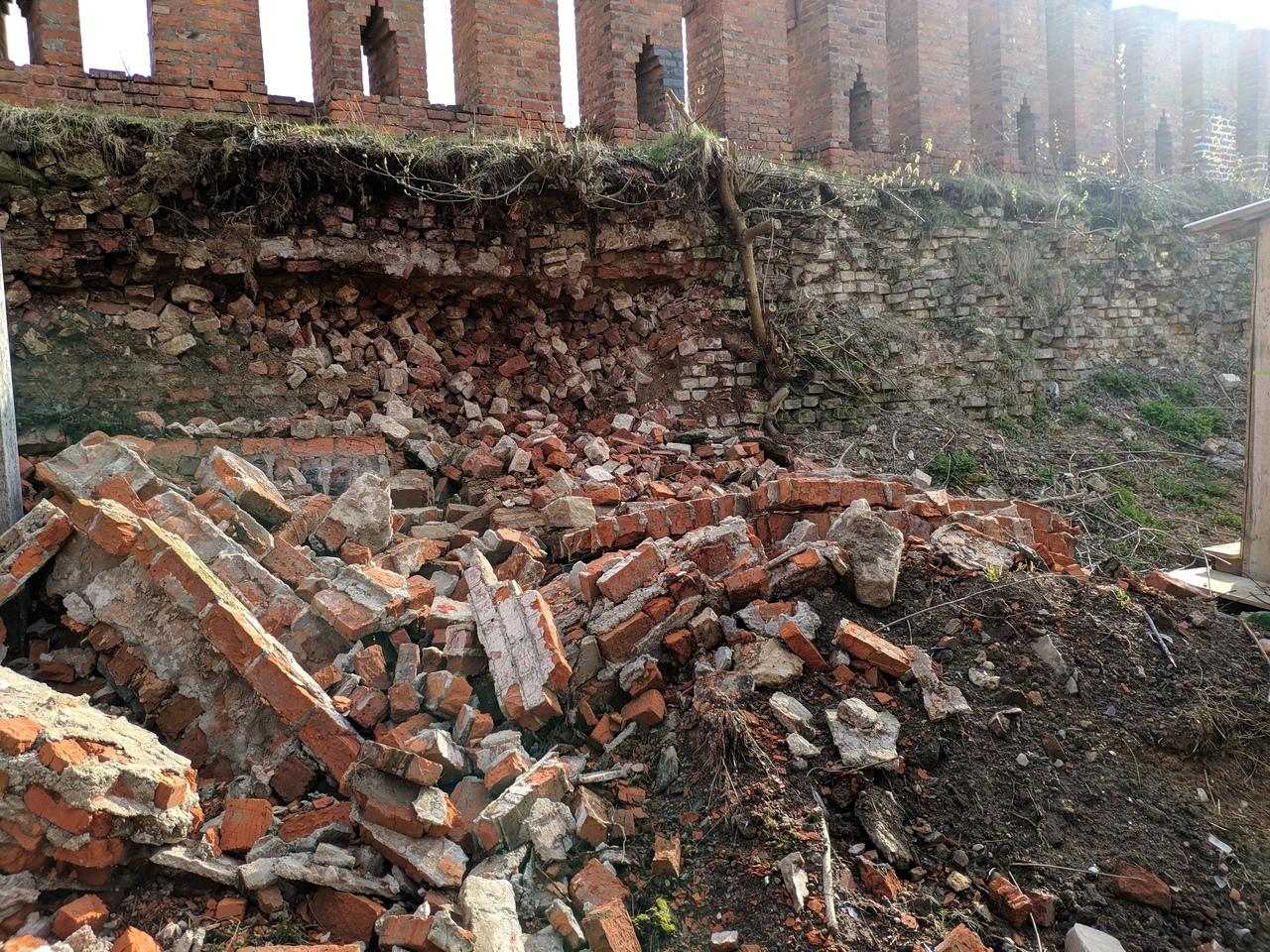 Камень на камне. В Смоленске рухнула крепостная стена у Сквера Памяти Героев