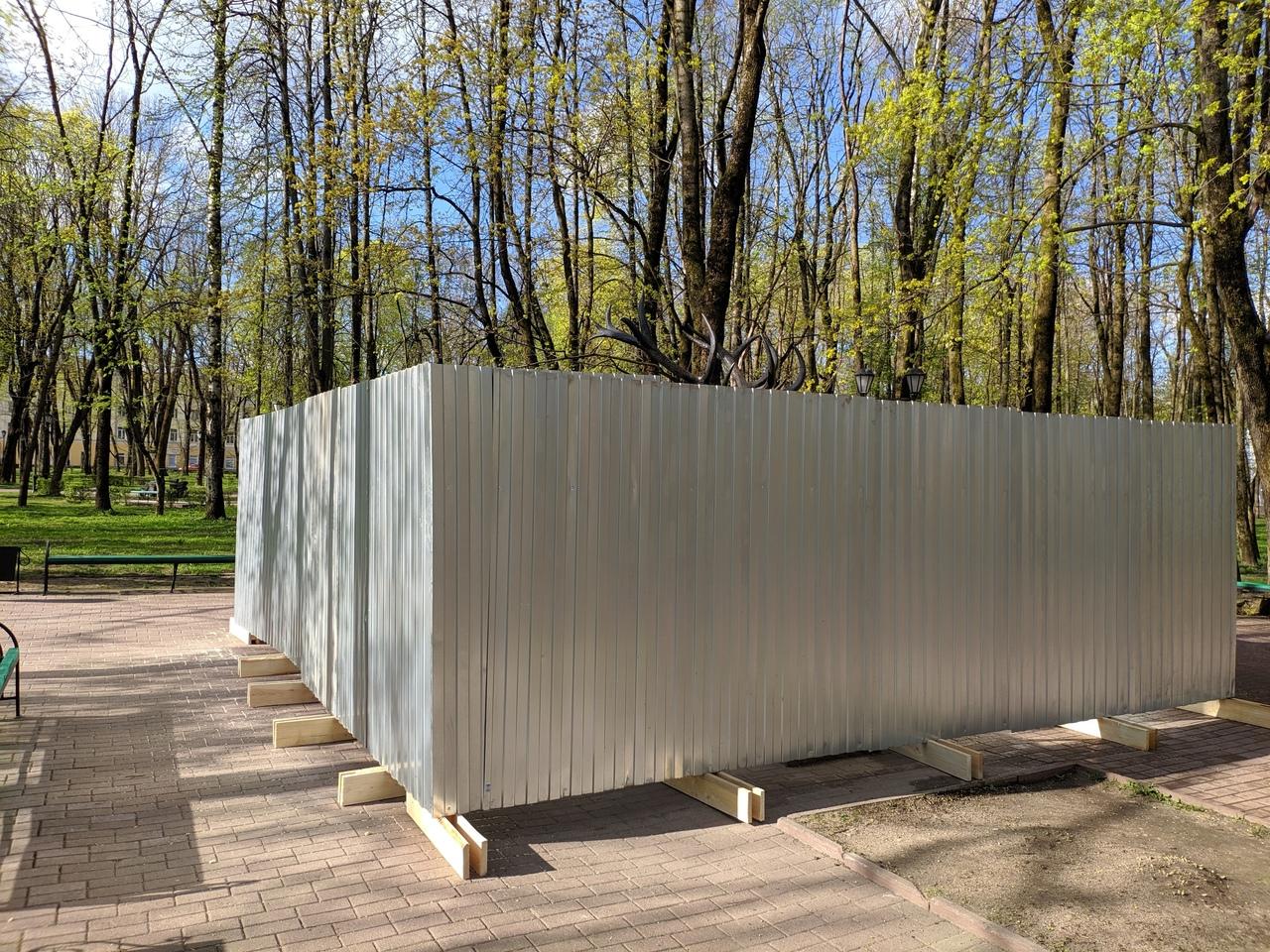 Олень в загоне. Смоленский памятник огородили забором