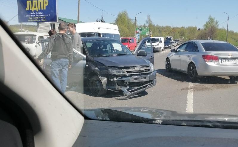 Два автомобиля столкнулись на въезде в Смоленск