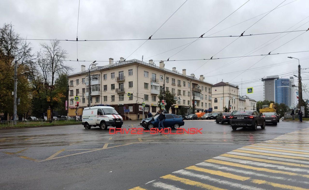 Автомобиль газовой службы со спецсигналами врезался в легковушку в Смоленске